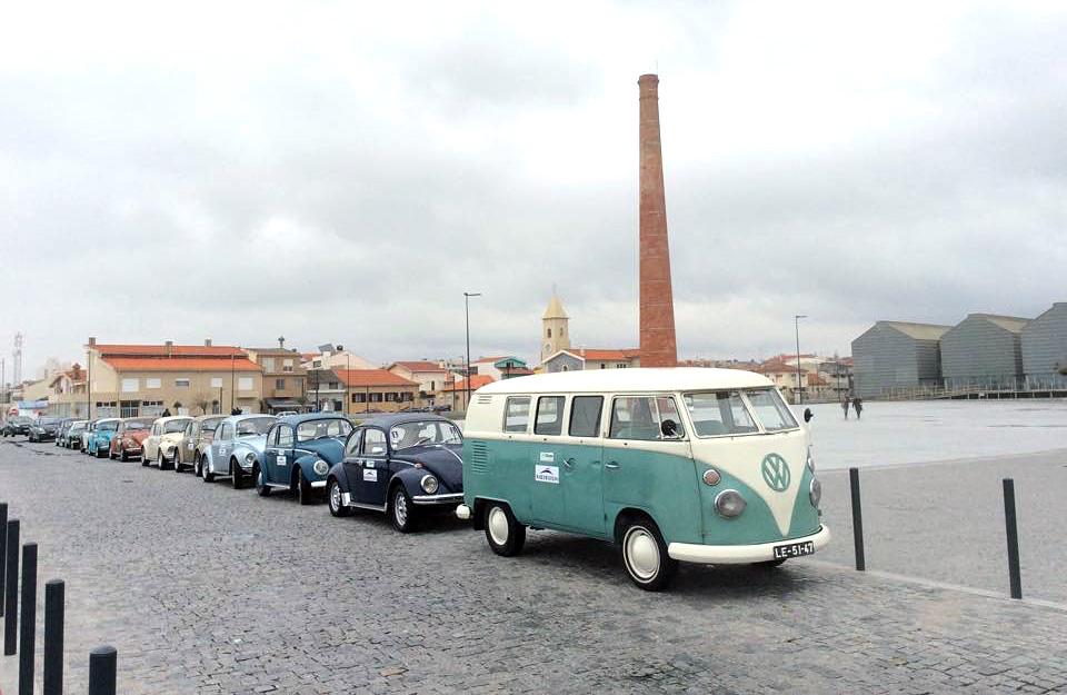 Passeio na costa com carros vintage